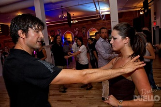 Salsa dance instruction Duellos